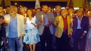 عزت العلايلي في وسط مجموعة من الفنانين في مسيرة للشموع ضد الإرهاب