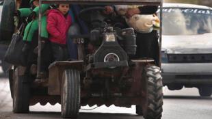 عائلات سورية تسعى للفرار في ظل التوتر المتصاعد بين البلدين.