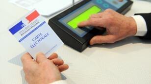 Illustration du vote électronique lors des élections départementales à Brest le 22 mars 2015.
