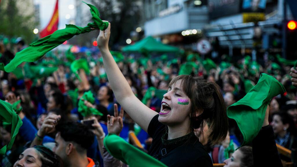 Cientos de mujeres participaron en una concentración a favor del aborto legal durante el Encuentro Nacional de Mujeres en La Plata, Argentina, el 12 de octubre de 2019.