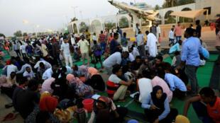 Des manifestants soudanais rassemblés devant le QG de l'armée, rompant le jeûne du Ramadan, le 6 mai 2019.