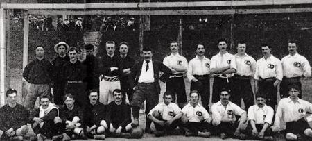 Le premier match de l'équipe de France le 1er mai 1904 contre la Belgique. Les Français portaient un maillot blanc.