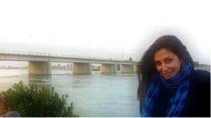 Lamis Aljasem, Syrienne de 28 ans aujourd'hui exilée à Paris, à l'entrée de Raqqa en 2012, avec en arrière-fond, l'Euphrate.