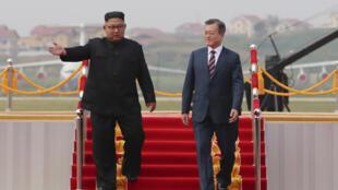 Kim Jong-un accueillant Moon Jae-in, mardi 18 septembre 2018, à l'aéroport de Pyongyang.