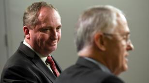 Le vice-Premier ministre australien, Barnaby Joyce (à gauche), regarde son Premier ministre, Malcolm Turnbull (à droite), le 5 juillet 2016, à Sydney.