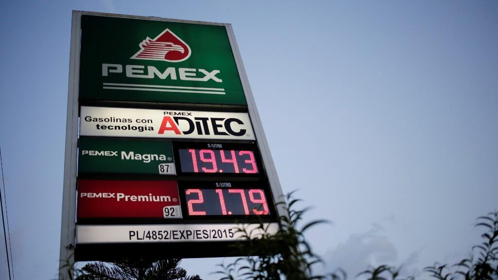 Un letrero de la empresa estatal Petróleos Mexicanos (PEMEX) muestra sus precios de la gasolina en una estación de servicio en Monterrey, México, el 17 de junio de 2019.