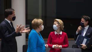 De izquierda a derecha, el primer ministro holandés, Mark Rutte, la canciller alemana Angela Merkel, la presidenta de la Comisión Europea Ursula von der Leyen y el primer ministro italiano Giuseppe Conte en la cumbre de la UE en Bruselas (Bélgica), el 18 de julio de 2020