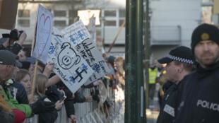 """Des Islandais manifestent devant le Parlement à Reykjavik pour réclamer la démission du Premier ministre, mis en cause par les """"Panama papers""""."""
