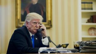 Donald Trump au téléphone avec Malcolm Turnbull, le Premier ministre australien, le 28 janvier 2017. Moins de chance de se faire hacker, avec la bonne vieille ligne fixe du Bureau ovale...