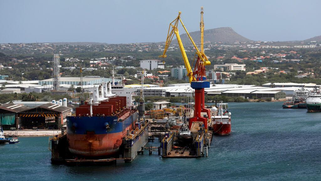 Un buque petrolero está atracado en la terminal Pdvsa de la Refinería Aceite de Isla en Willemstad, isla de Curazao, el 22 de febrero de 2019.