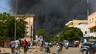 Un panache de fumée s'élève du centre-ville de Ouagadougou, le 2 mars 2018.