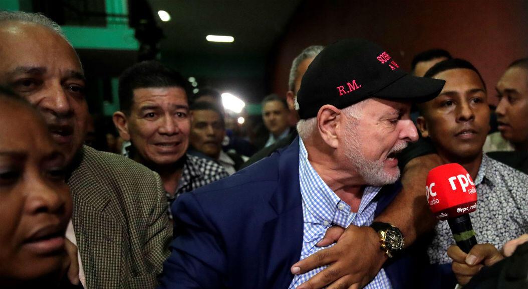 El expresidente Ricardo Martinelli habla con la prensa, tras conocer la decisión de un tribunal de dejarlo en libertad, el 9 de agosto de 2019.