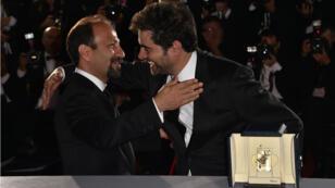 """Le réalisateur iranien Asghar Farhadi et le comédien Shahab Hosseini ont reçu des récompenses à Cannes pour le meilleur scénario et le prix d'interprétation masculine dans """"Le Client"""", le 22 mai 2016."""