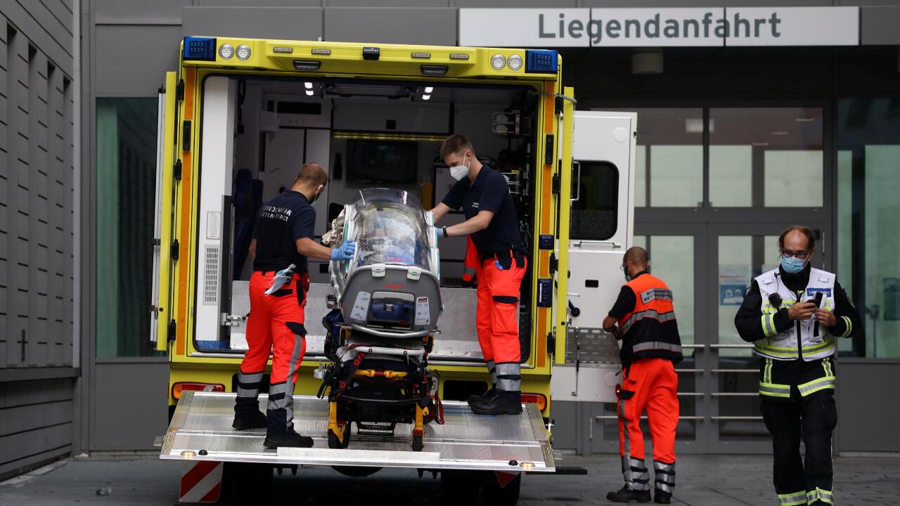 Les ambulanciers reçoivent la civière sur laquelle l'opposant russe Alexei Navalny devait être transporté à l'hôpital de la Charité à Berlin, en Allemagne, le 22 août 2020.