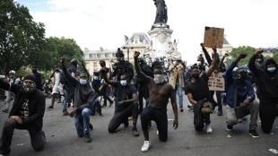 متظاهرون ينددون بالعنصرية وعنف الشرطة في ساحة الجمهورية بباريس في 13 حزيران/يونيو 2020
