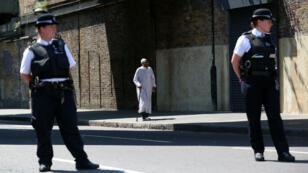 Des policiers londoniens sont postés dans le quartier de Finsbury park le 19 juin 2017 après qu'une voiture a foncé sur des fidèles musulmans, près de la mosquée.