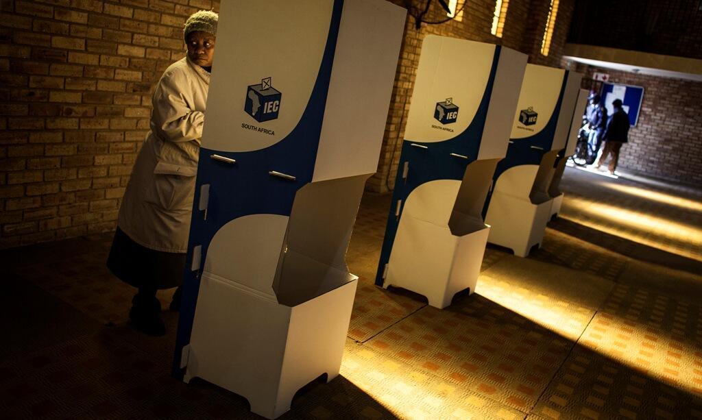 Une électrice dans un bureau de vote à Soweto, le 3 août 2016.