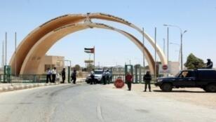 جنود أردنيون على الجانب الأردني من المعبر الحدودي مع العراق، 25 حزيران/يونيو 2014