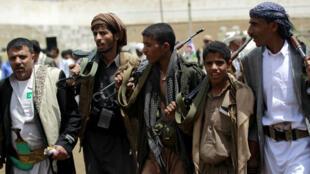 Des hommes en armes manifestent en soutien aux rebelles houthis, à Sanaa, la capitale yéménite, le 17 avril 2016.