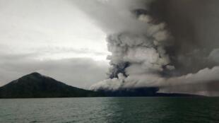 L'Anak crachait toujours des nuages de cendres alors que des nuées ardentes dévalaient ses pentes, le 27 décembre 2018.