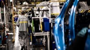 Une ligne d'assemblage à l'usine Renault de Flins, le 6 mai 2020