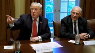 El presidente de EE. UU., Donald Trump, hace un gesto junto al jefe de gabinete de la Casa Blanca, John Kelly, durante una reunión informativa con altos líderes militares en la Casa Blanca en Washington, DC, EE.UU., 5 de octubre de 2017.