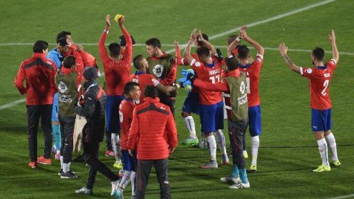 """منتخب تشيلي يحتفل بفوزه في افتتاح """"كوبا أمريكا"""" 2015"""