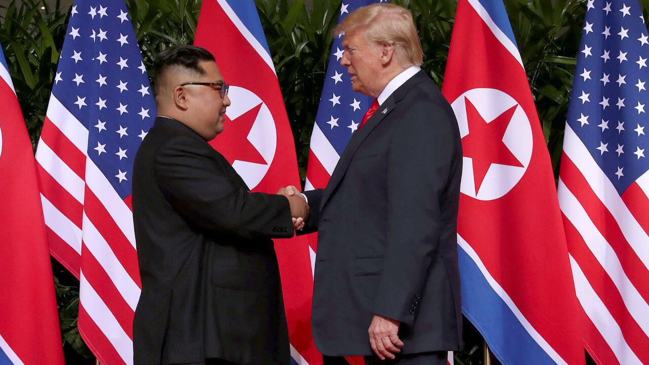 Imagen de archivo- El presidente de Estados Unidos, Donald Trump, saluda al líder norcoreano, kim Jiong Un, en Singapur, el 12 de junio de 2018.