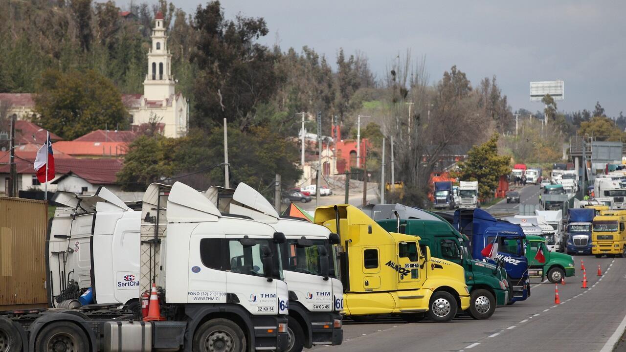 Varios camiones bloquean la carretera en protesta por la violencia que los afecta en la provincia de Araucanía, en Valparaíso, Chile, el primero de septiembre de 2020.