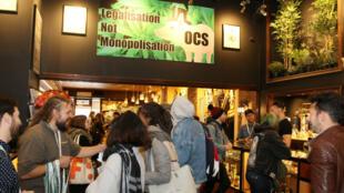 Decenas de personas visitan una tienda de venta de productos y accesorios para el consumo de marihuana durante el primer día de la legalización, el miércoles 17 de octubre de 2018, en Toronto, Canadá. Miles de personas en todo Canadá empezaron a fumar marihuana de forma legal tras la entrada en vigor de la norma que legaliza por primera vez en un país industrializado el consumo recreativo del cannabis.