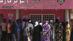 سودانيون ينتظرون أمام مخبز في أم درمان في 11 آذار/مارس 2020