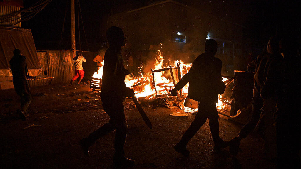 متظاهرون ينهبون ويحرقون ممتلكات أبناء إثينية كيكويو التي ينتمي إليها الرئيس أوهورو كينياتا 11 آب/أغسطس 2017