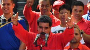 El presidente de Venezuela, Nicolás Maduro, conversa con simpatizantes durante un mitin en apoyo al Gobierno de Caracas, el 23 de febrero de 2019.