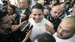 Le candidat évangéliste Fabricio Alvarado arrive, dimanche 4 février 2018, à un bureau de vote de San Jose au Costa Rica.