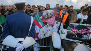 La gente se reúne frente al Palacio del Pueblo durante el funeral del general Ahmed Gaïd Salah, en Argel, Argelia, el 25 de diciembre de 2019.