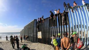 Decenas de migrantes centroamericanos alcanzaron el 13 de noviembre de 2018 la frontera México-Estados Unidos y treparon la valla que divide ambos países en una especie de primera meta en su objetivo final de entrar a Estados Unidos.
