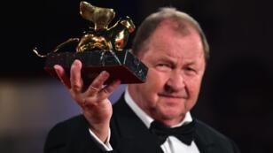 Le Suédois Roy Andersson affiche fièrement son Lion d'or à Venise.