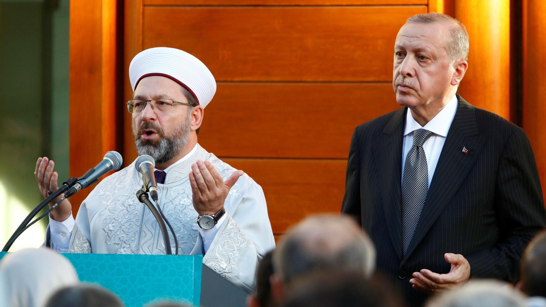 El presidente turco, Tayyip Erdogan, reza mientras asiste a la inauguración oficial de la Mezquita Central de Colonia, Alemania, el 29 de septiembre de 2018.