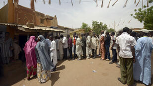 Des Nigérians font la queue pour voter, dans l'État de Katsina, au nord du Nigeria, le 28 mars.