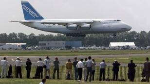 Un avion-cargo Antonov-124 lors d'un vol de démonstration au salon du Bourget en 1999.