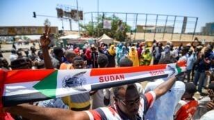 Des manifestants devant le QG de l'armée à Khartoum, mardi 14 mai 2019.