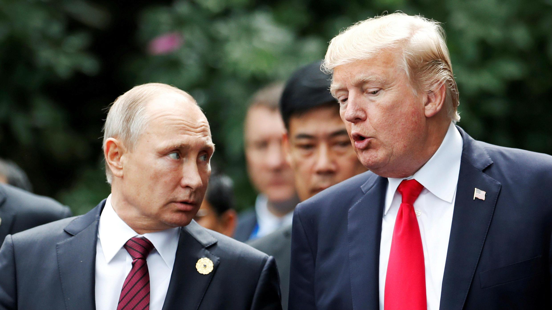 Vladimir Putin y Donald Trump conversando durante la reunión de líderes de la APEC en Danang, Vietnam. 11/11/2017