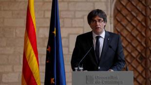 El presidente catalán Carles Puigdemont llega para presidir una reunión de gabinete en el Palacio de la Generalitat en Barcelona, España, el 24 de octubre de 2017.