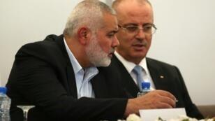 رئيس المكتب السياسي لحركة حماس إسماعيل هنية ورئيس الحكومة الفلسطينية رامي الحمد الله خلال اجتماع في غزة في الثالث من تشرين الأول/أكتوبر 2017