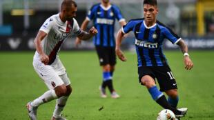 L'attaquant argentin de l'Inter Milan, Lautaro Martinez (d), aux prises avec le défenseur brésilien de Bologne, Danilo, lors du match de Serie A, à Milan, le 5 juillet 2020