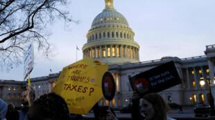 Manifestantes se reúnen frente al Capitolio de los EE. UU. para protestar contra el plan fiscal republicano. 30 de noviembre de 2017