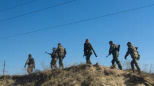 Des troupes ukrainiennes patrouillant près de Scshastya dans la région de Lougansk, le 20 septembre 2014.