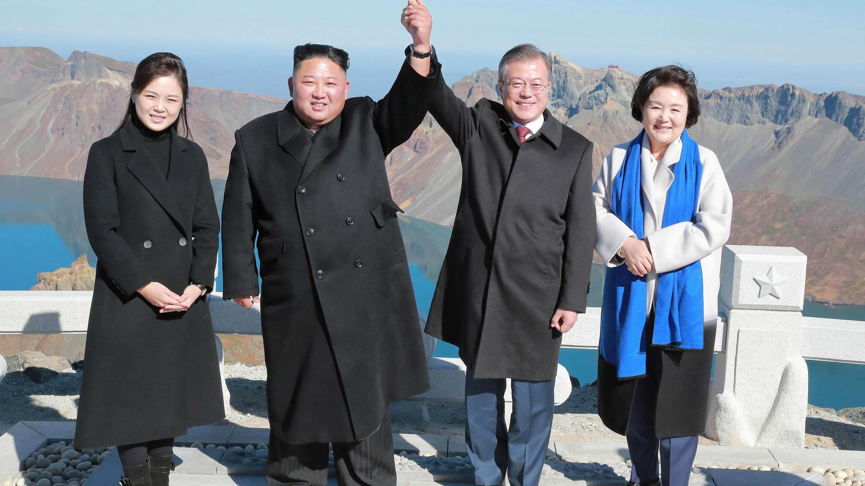 El presidente de Corea del Sur Moon Jae-in y el líder norcoreano Kim Jong Un posan para fotografías, junto a sus esposas, la norcoreana Ri Sol Ju y la primera dama de Corea del Sur Kim Jung-sook, en la cima del monte. Paektu, Corea del Norte. El presidente de Corea del Sur Moon Jae-in y el líder norcoreano Kim Jong Un posan para fotografías, junto a sus esposas, la norcoreana Ri Sol Ju y la primera dama de Corea del Sur Kim Jung-sook, en la cima del monte. Paektu, Corea del Norte