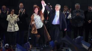 Le candidat à la présidentielle Alberto Fernandez(à droite) et l'ancienne présidente de l'Argentine Cristina Fernandez de Kirchner(à gauche), saluant les militants.
