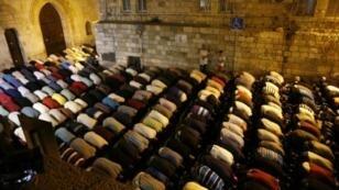مسلمون يؤدون الصلاة في العراء خارج المسجد الأقصى في القدس الشرقية المحتلة في 25 تموز/يوليو 2017